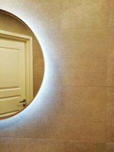 Laatoitus kylpyhuoneen seinässä